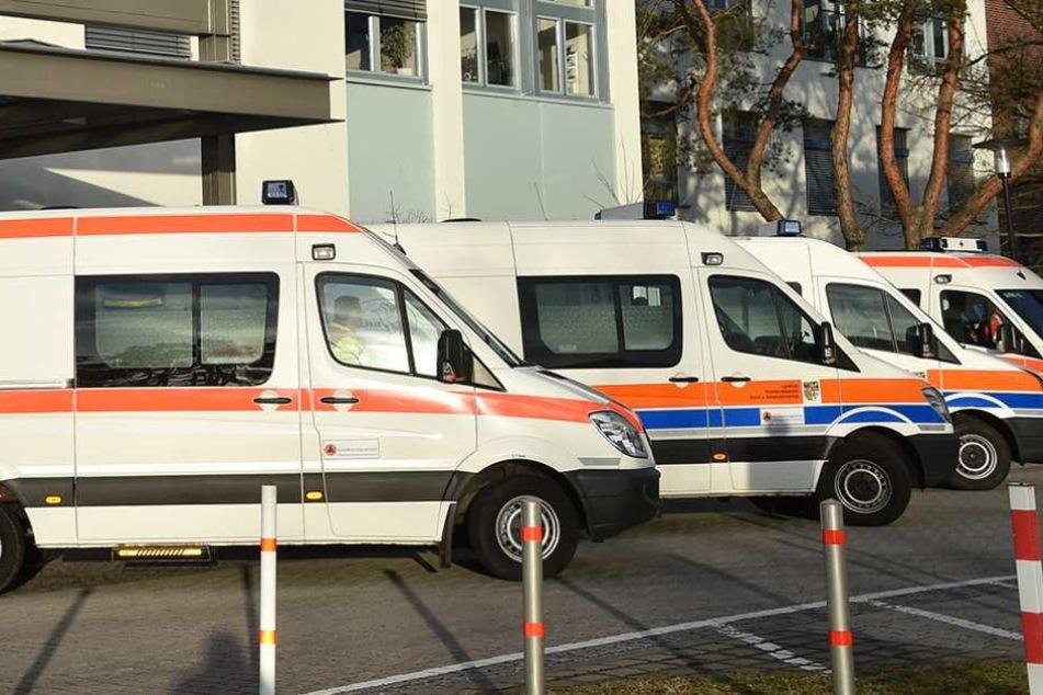 Kranken- und Rettungswagen stehen vor dem Krankenhaus in Oranienburg.