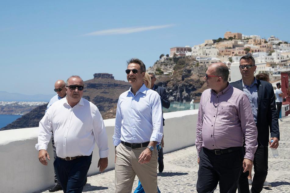 13. Juni, Santorini: Kyriakos Mitsotakis (M), Ministerpräsident von Griechenland, besucht die Insel Satorini, eine Insel der Kykladen im Ägäischen Meer. Seit dem 1. Juli sind die Flughäfen in Griechenland wieder geöffnet.