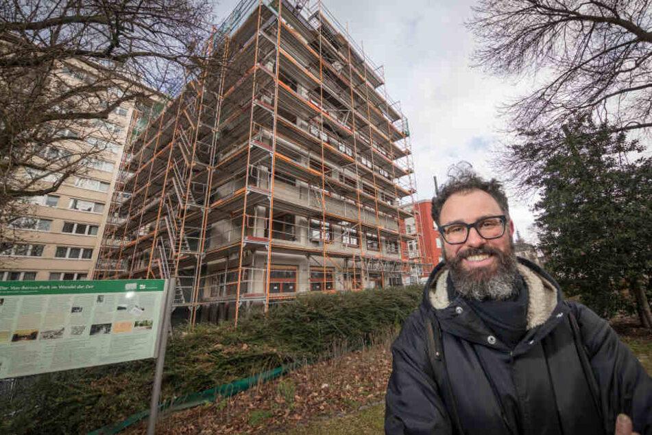 Lucien Roy steht vor dem Haus, in das die vegane Kita in Bockenheim im Sommer einziehen wird.