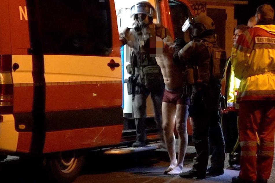 In Haldensleben hat ein aggressiver Mann einen SEK-Einsatz ausgelöst. Zuvor soll er einen Jugendlichen sowie zwei Polizisten verletzt haben.