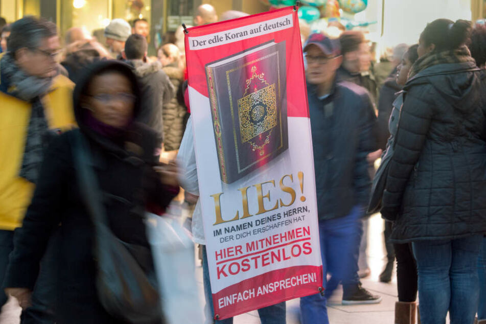 """Mit einem Plakat auf dem Rücken versucht ein Salafist mit der Koran-Verteilaktion """"Lies!""""Aufmerksamkeit auf sich zu ziehen. Die Aktion ist inzwischen bundesweit verboten worden. (Symbolbild)"""