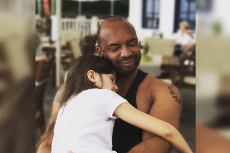 Detlef D! Soost postete dieses süße Foto, das ihn beim Kuscheln mit seiner süßen Tochter Ayana zeigt!
