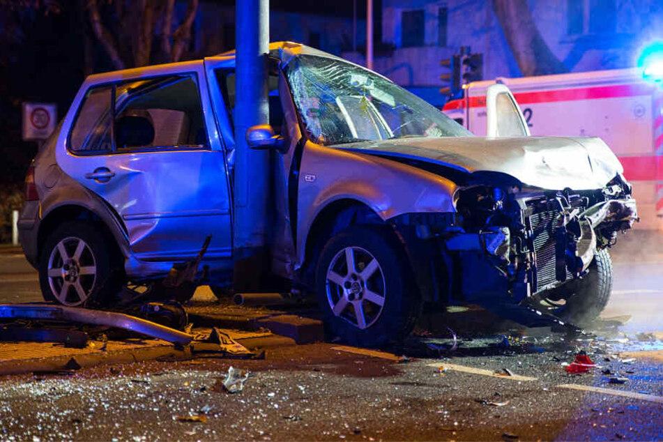 Der Wagen wurde gerammt und gegen einen Laternenpfahl geschleudert.