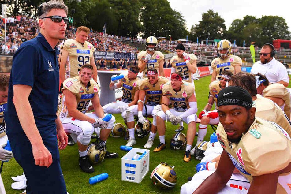 Coach Ulrich Däuber (l.) und seine Jungs rechnen im GLF-Spitzenspiel bei den NY Lions Braunschweig was aus, glauben fest an einen Sieg.