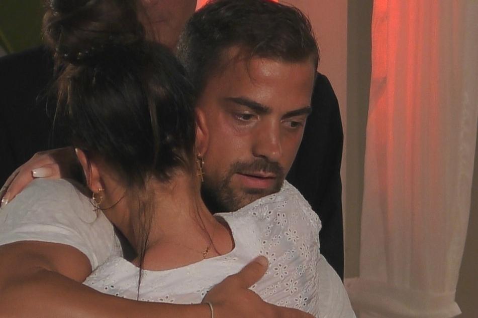 Wer hätte das gedacht? Wieder lag es an Tobi, wer die Show verlassen musste. Nachdem er sich für den Verbleib von Janine entschieden hat, fiel ihm seine Ex weinend in die Arme.
