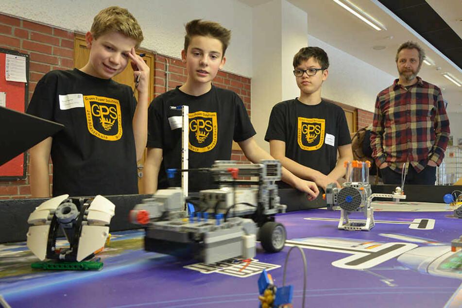 """Den letzten Schliff: Das Team """"GPS_2"""" der Markersbacher Jenaplanschule testet seinen Roboter vor dem Wettbewerb im Hörsaal 1."""