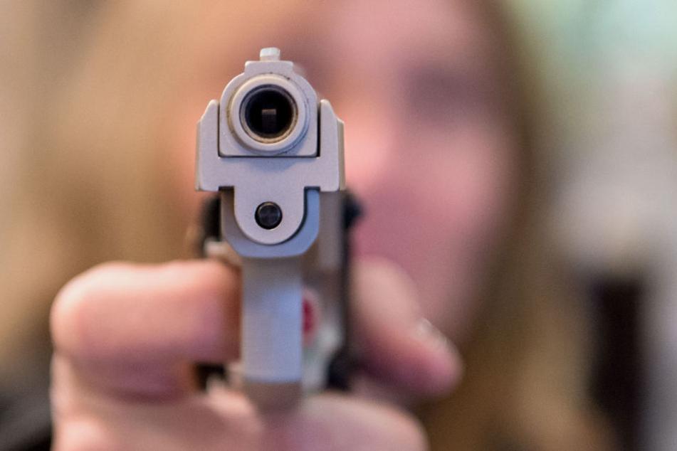 Ein bewaffnetes Trio hat in Berlin einen 19-Jährigen ausgeraubt