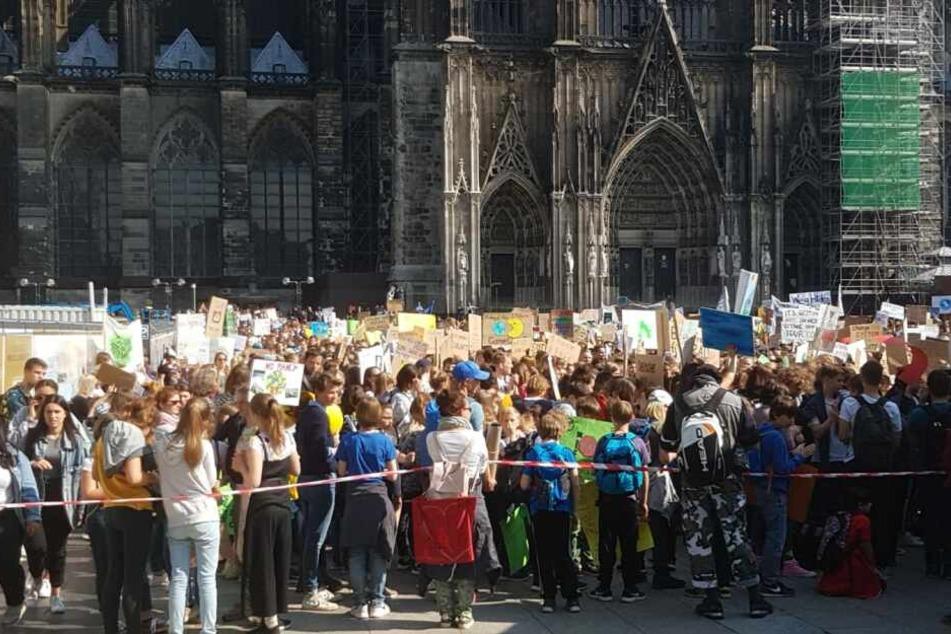 Am Kölner Dom versammelten sich am Freitag Tausende Schüler zu einer Demonstration.