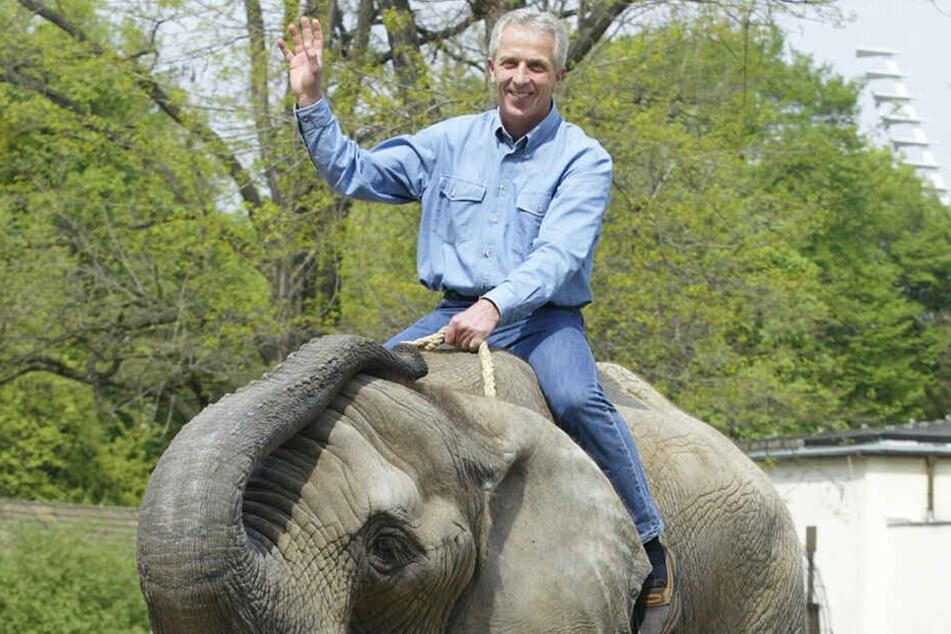 Immer für ein Spässchen gut: Christoph Franke ritt 2004 auf der Elefantendame Drumbo im Dresdner Zoo.
