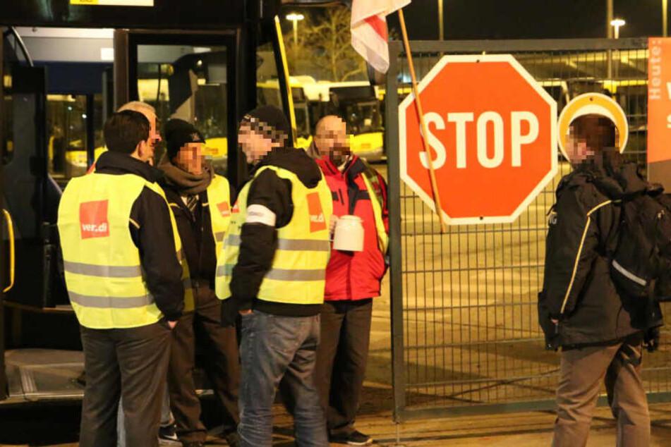 """Ein Mitarbeiter der BVG (rechts) will zu seinem Bus, wird allerdings von seinen Kollegen laut Zeugen """"vertrieben""""!"""