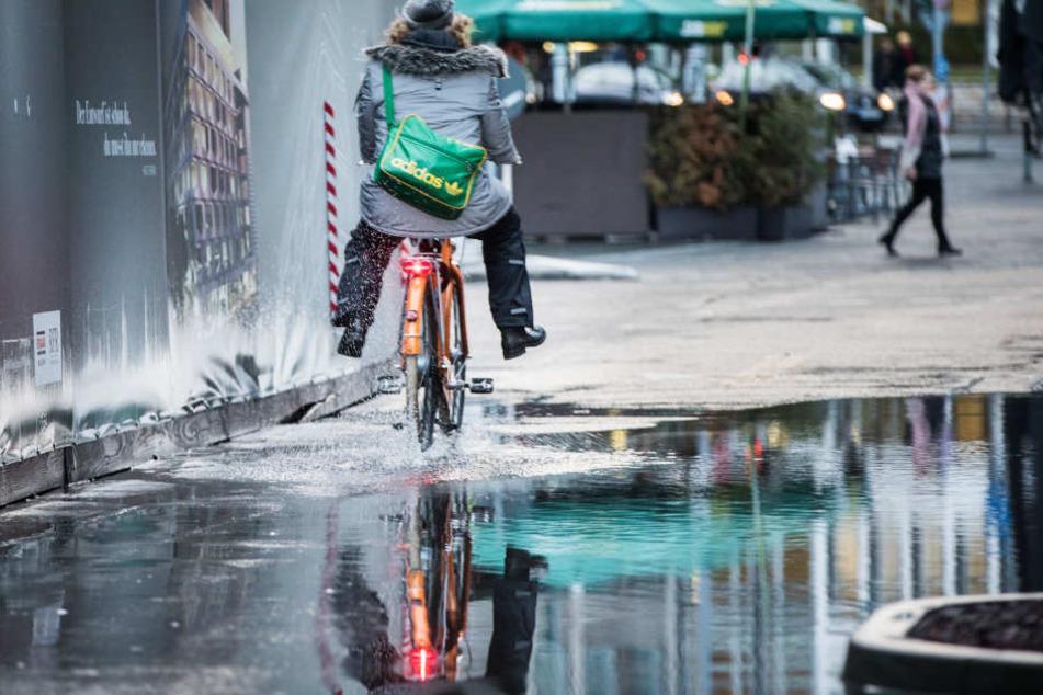 In Frankfurt bildeten sich nach starken Regenfällen riesige Pfützen.