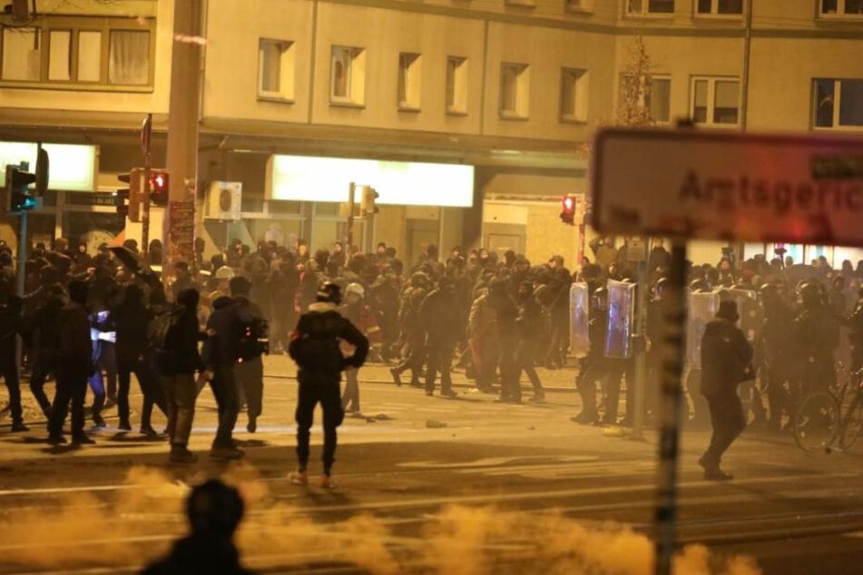 An der Kreuzung Karl-Liebknecht-/Richard-Lehmann-Straße eskalierte die Situation dann. Steine und Flaschen wurden auf Polizeiwagen geworfen.