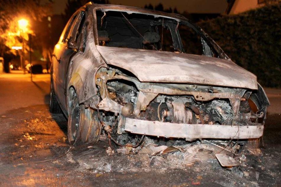 Zwei Autos brannten In der Nacht zum Donnerstag (Symbolfoto).