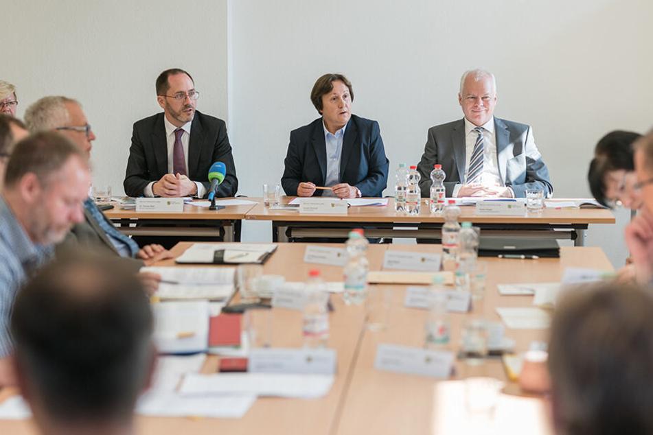 Der Landeswahlausschuss tagte Donnerstag erneut öffentlich. Dessen Mitglieder stellen entsprechend dem Wahlergebnis 2014 CDU (3), SPD (1), Linke (1) und AfD (1).