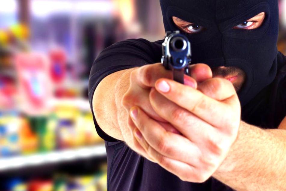 Überfall auf Supermarkt: Räuber bedrohen Frauen mit Messer und Pistole!