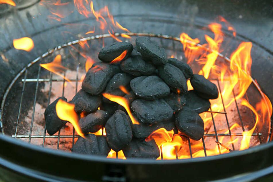 Ein Grill war Grund für einen am Ende heiteren Feuerwehreinsatz. (Symbolbild)