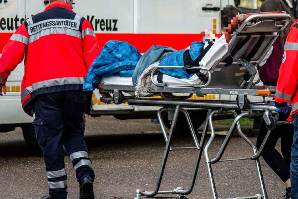 Der Rettungsdienst versorgte die Verwundeten (Symbolbild).