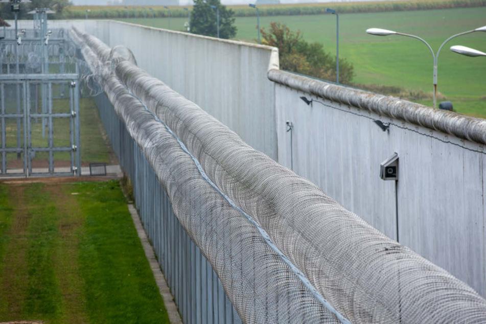 Die Außenmauer der Justizvollzugsanstalt in Bützow (Mecklenburg-Vorpommern).