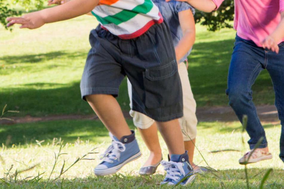 Kinder spielen vor Haus und sorgen für Angst und Schrecken bei Nachbar
