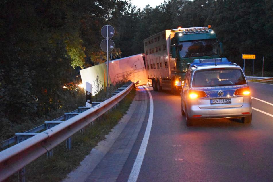 Der Anhänger des Tiertransporters kippte in einer Kurve um.