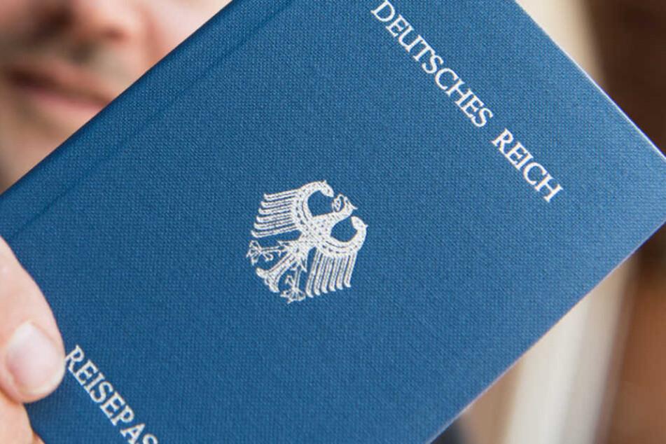 """Der Reisepass des Mannes war mit der Aufschrift """"Deutsches Reich"""" versehen. (Symbolbild)"""