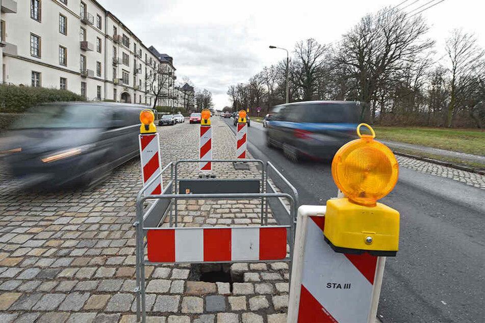 Mit Warnbaken hat die Stadt den Straßeneinbruch notdürftig abgesperrt.