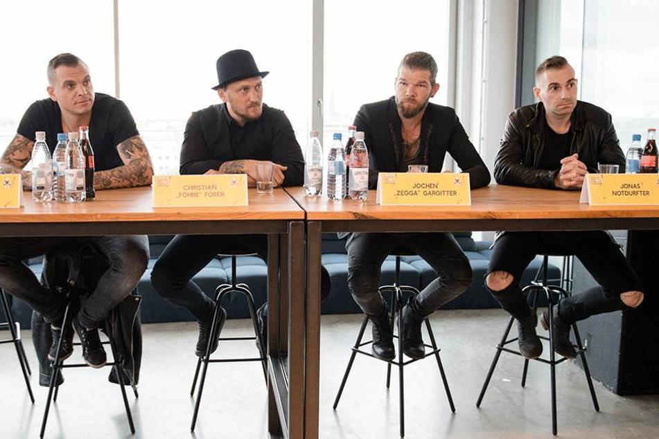 Sänger Philipp Burger (l-r), Schlagzeuger Christian Fohrer, Bassist Jochen Gargitter und Gitarrist Jonas Notdurfter von der Südtiroler Band Frei.Wild sitzen am 14.September während einer Pressekonferenz in München nebeneinander.