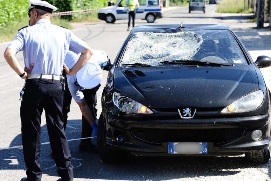 Ein Bild nach dem Unfall zeigt den Peugeot mit zerstörter Windschutzscheibe.