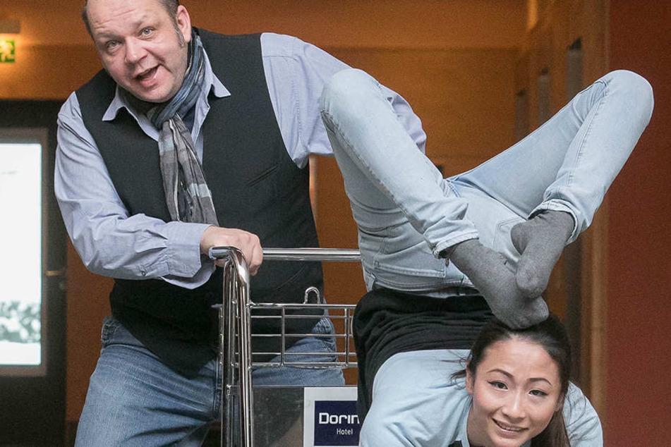 Raoul Schoregge (47) zeigt im Dorint-Hotel schon mal, was Artistin Doudou  (22) draufhat.
