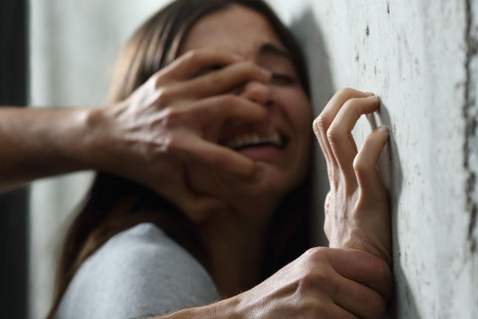 Die Frau konnte sich nach einiger Zeit losreißen, dann schnappte der Täter wieder zu. (Symbolbild)
