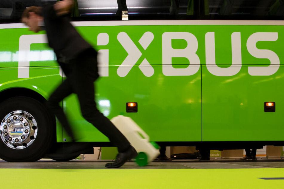 Ein Fußgänger ist bei einem Unfall mit einem Flixbus schwer verletzt worden. (Symbolbild)