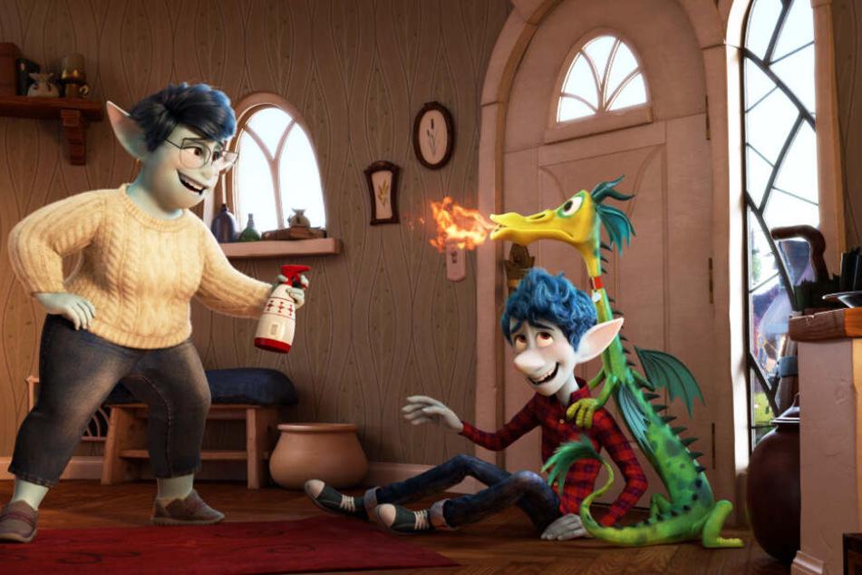 Laurel Lightfoot (l.) und ihr Sohn Ian (M.) haben mit dem hyperaktiven Hausdrachen Blazey viel Spaß.