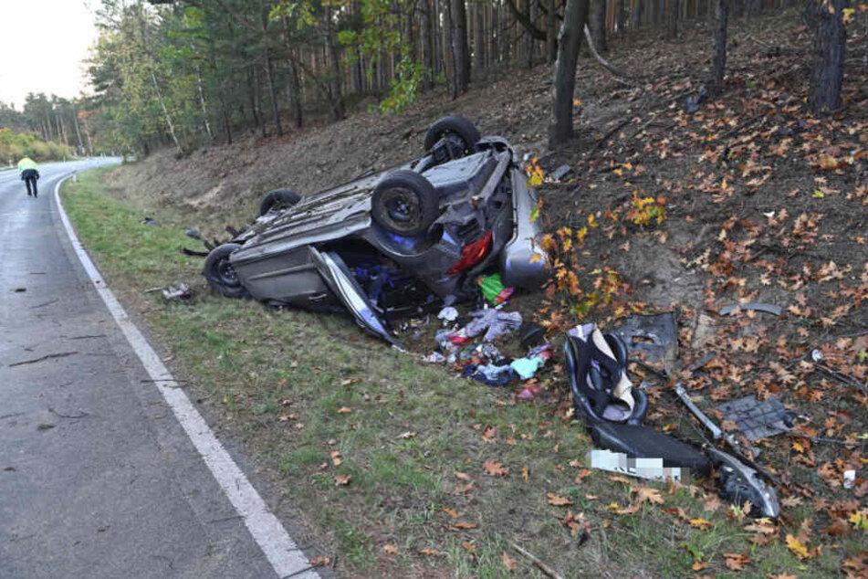Familie landet im Straßengraben: Fünf Verletzte bei Peugeot-Unfall