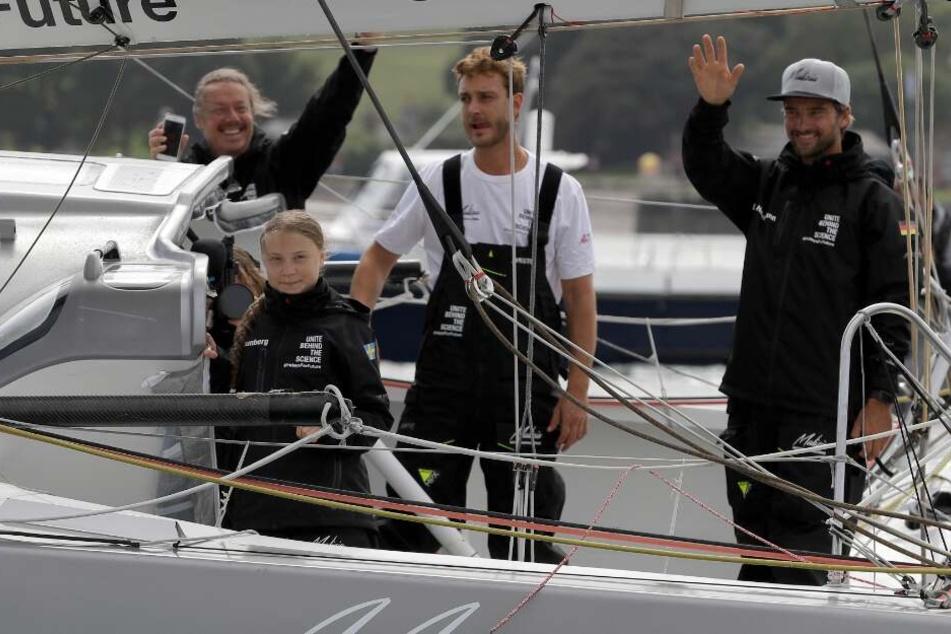 Mit dabei sind auch Skipper Boris Herrmann (r), Profisegler Pierre Casiraghi (2.v.r.) und Gretas Vater Svante Thunberg.
