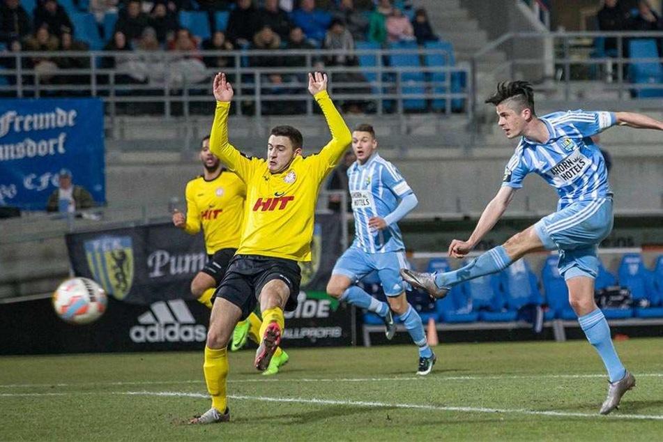 So lieben ihn die CFC-Fans! Dennis Mast schießt das 3:1 gegen Fortuna Köln.