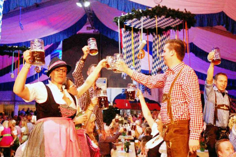 Im Festzelt Meiers Deele wird nicht nur durch die bayerische Deko für viel Stimmung gesorgt.