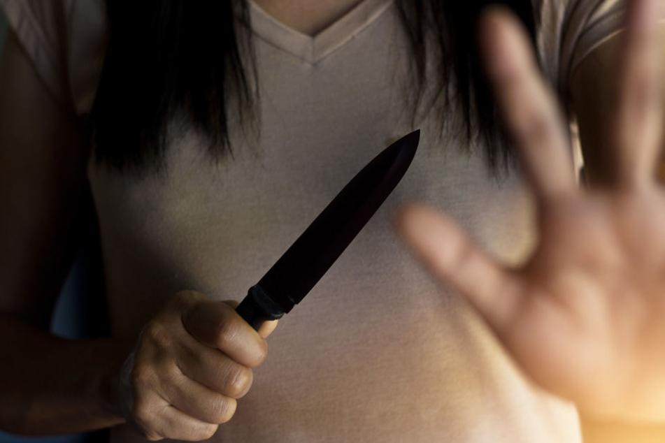 In der Wohnung des Ehepaars ist es zum Streit gekommen, die 24-Jährige zückte daraufhin das Messer. (Symbolbild)