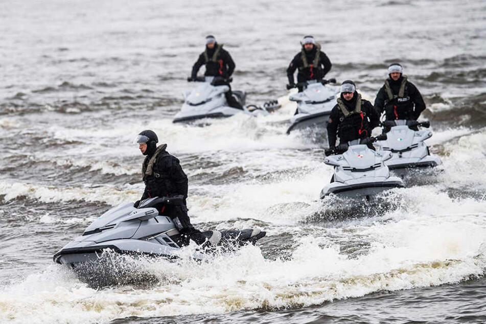 Eine Einheit der Hamburger Polizei trainiert den Umgang von Jetski-Booten auf der Elbe vor dem Hafen Oortkaten.