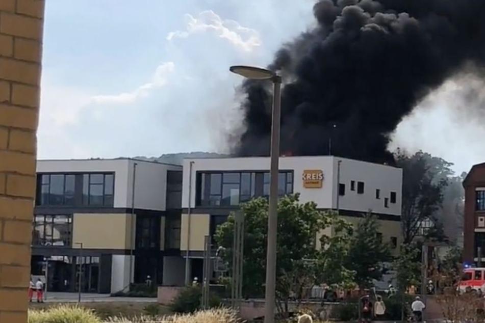 Zeitungsgebäude in Flammen: Dutzende Mitarbeiter evakuiert