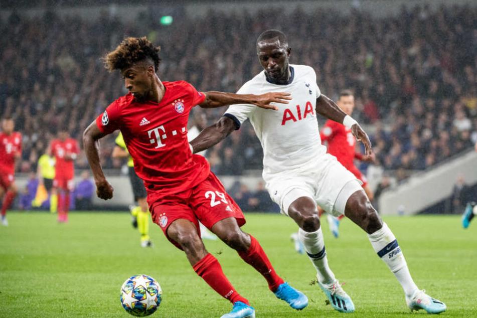 Kingsley Coman (l) und Moussa Sissoko kämpfen um den Ball.