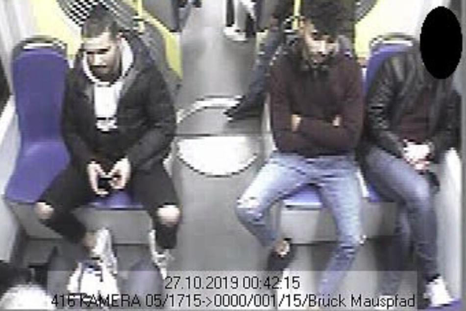 Die Polizei fahndet wegen Raubs nach diesen zwei Männern.