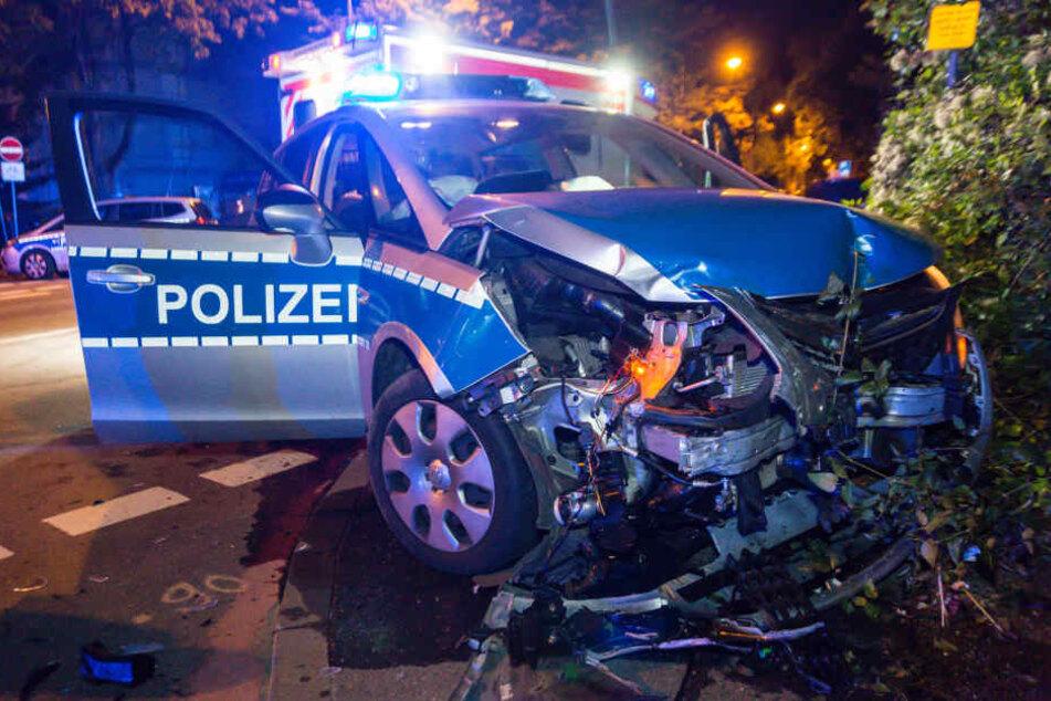 Das Polizeiauto wurde ziemlich mitgenommen bei dem Unfall.