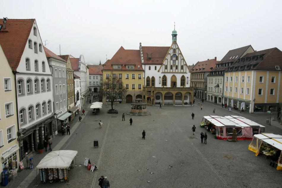 Blick auf das Rathaus am Marktplatz in Amberg.