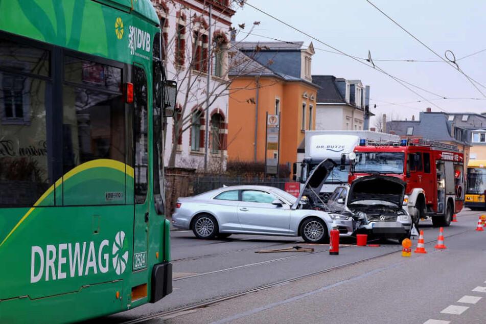 Unfall in Radebeul: Audi und VW krachen auf Bahngleisen ineinander