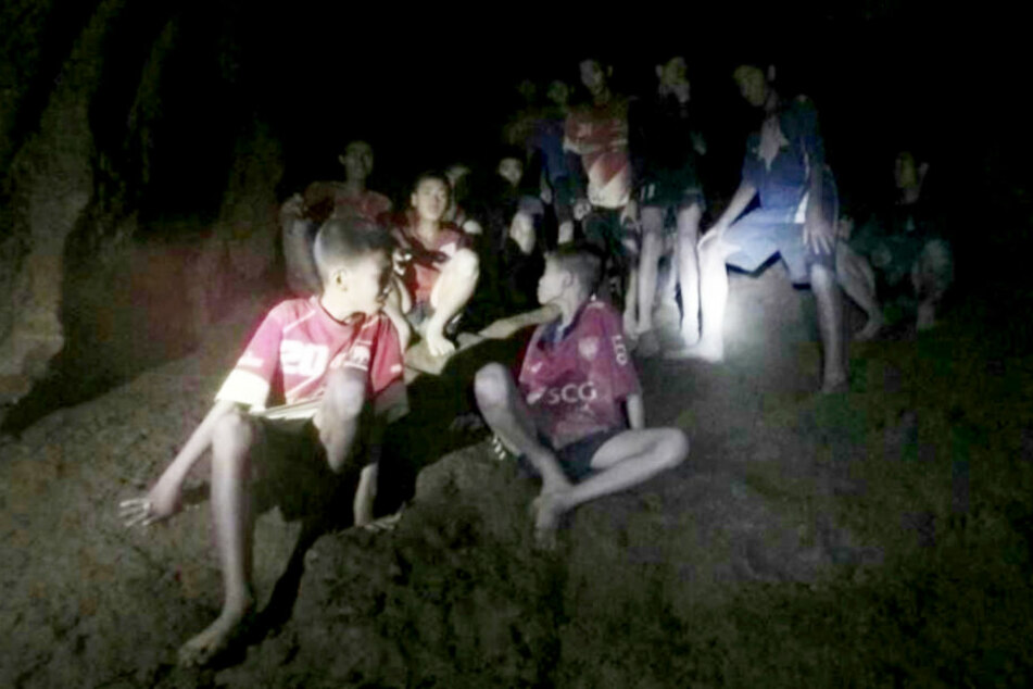 Seit zwei Wochen sitzen die Jungs und ihr Trainer in der Höhle fest. Ihre Rettung wird zu einem Wettlauf gegen die Zeit.