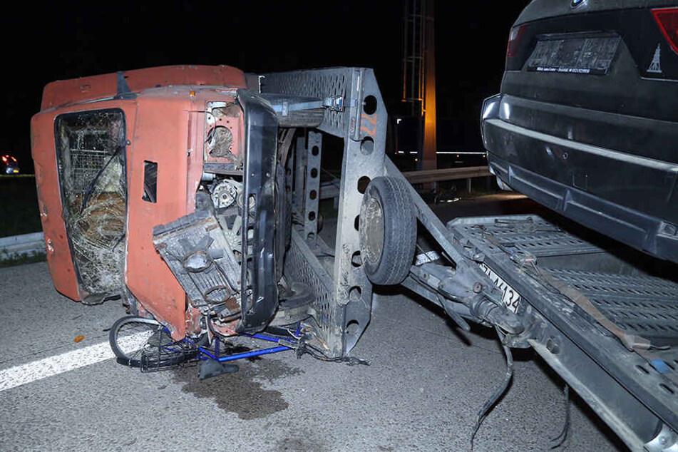 Der Anhänger mit einem Wohnmobil stürzte um.