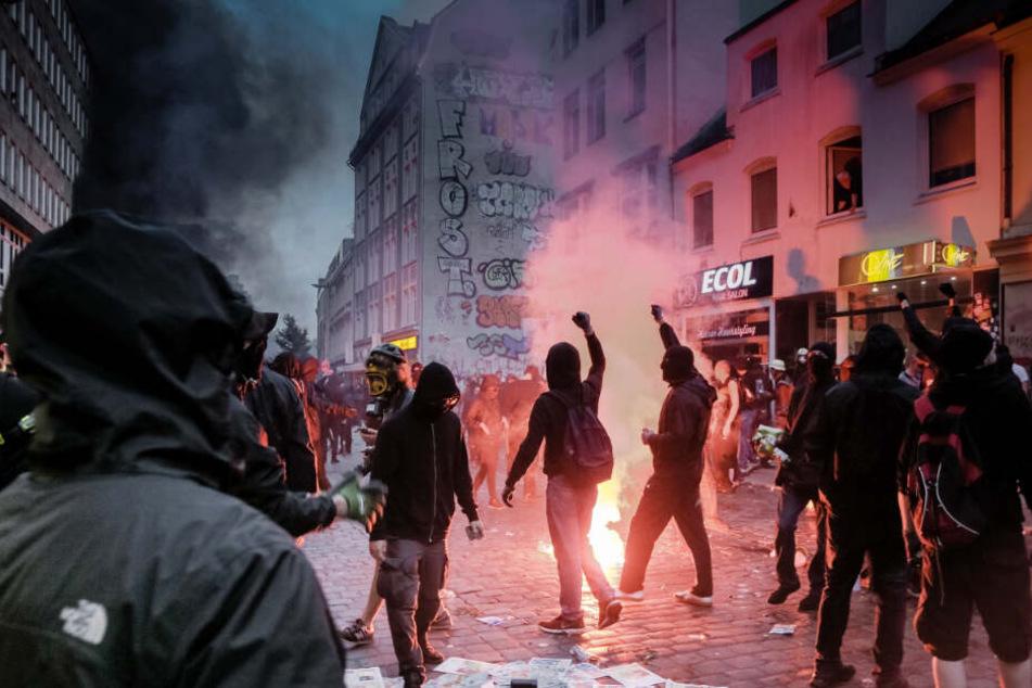 Chaoten zogen durch die Straßen und setzten Gegenstände in Brand.
