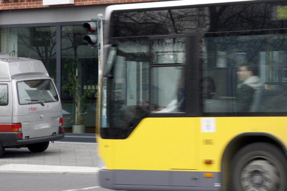 Ein Mann ist bei dem Versuch einen Linienbus zu erwischen von einem Auto erfasst und schwer verletzt worden. (Symbolbild)