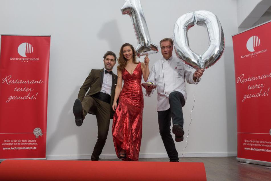 Die Kochsternstunden-Profis Clemens Lutz (l.) und Annegret Föllner rollen für das Galamenü von Mario Pattis (r.) zum 10. Geburtstag den roten Teppich aus.