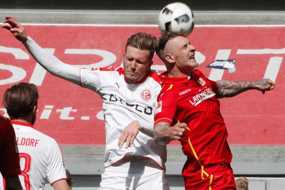 Der Düsseldorfer Lukas Schmitz (l) und Sebastian Polter kämpfen um den Ball.